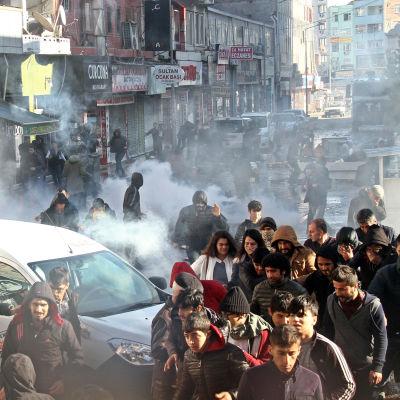 Kurdiska demonstranter och turkisk polis i sammandrabbning i Diyarbakir.
