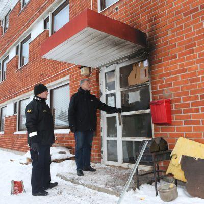 Brandmästare Matti Palosaari och FRK:s Pekka Annala utanför flyktingförläggningen i Petäjävesi.