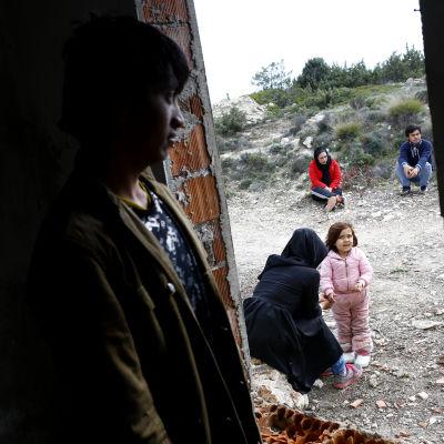 Afghanska flyktingar väntar i Turkiet på att få resa till Grekland.