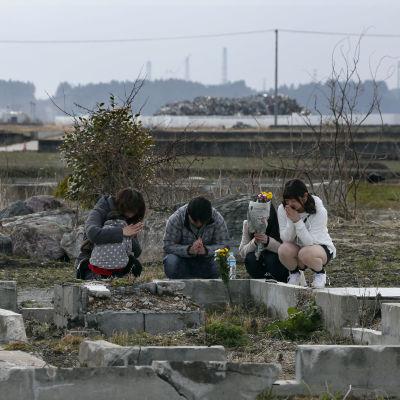 Familj på 5-årsdagen av Fukushima