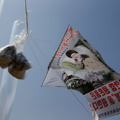"""""""Starta en proteststorm mot kärnvapendåren Kim Jong-Un"""" står det på banderollen som skickades upp över Nordkorea med en av propagandaballongerna."""