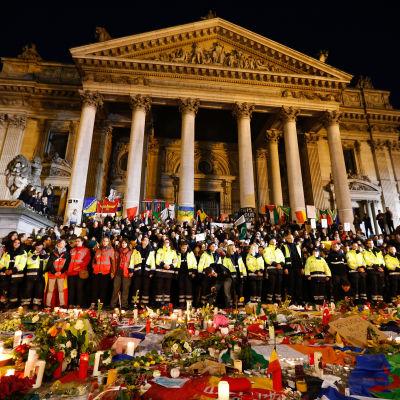 Räddningspersonal under en minnesstund i Bryssel den 25 mars 2016.