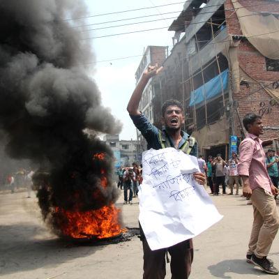 Studenter i Dhaka protesterar mot polisens oförmåga att få tag på de skyldiga för mordet på studentaktivisten och bloggaren Nazimuddin Samad