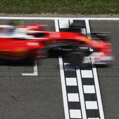 Kimi Räikkönens Ferrari kör över mållinjen.