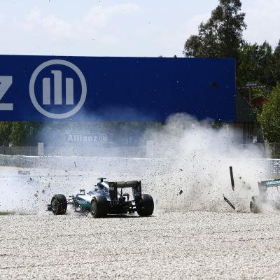 Nico Rosberg och Lewis Hamilton krockar.