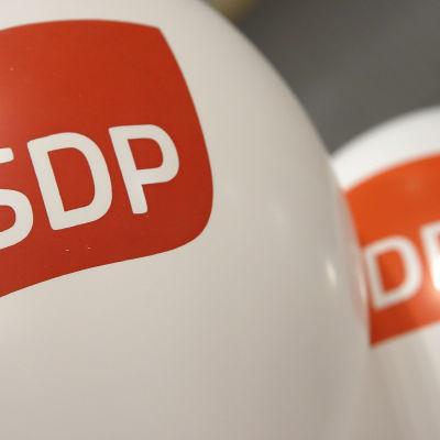 Två luftballonger med Sdp:s röda logga på.