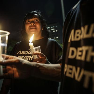 Aktivister protesterar mot dödsstraffet utanför presidentpalatset i Jakarta natten till fredagen 29.7.2016