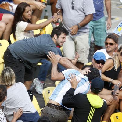 Två supportrar slåss under OS i Rio.