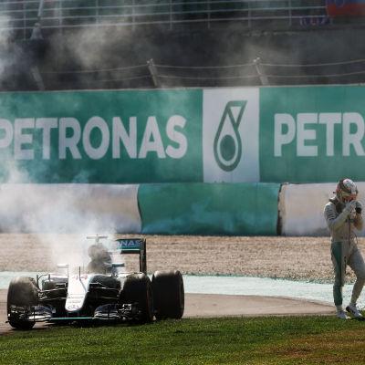 Lewis Hamiltons F1-bil började brinna i Malaysia.