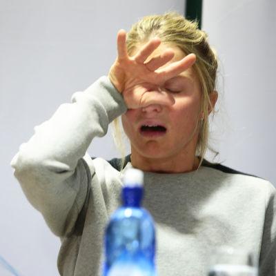 Therese Johaug torkar tårar under en presskonferens.