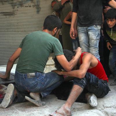 Efter ett bombangrepp i Aleppo.