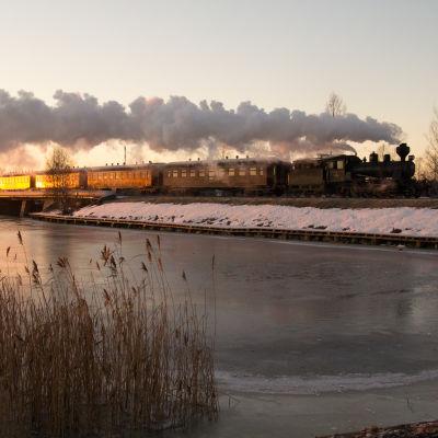Museitåget och ångloket Pikku-Jumbo kör över Vasklotbron i Vasa. Vinter.