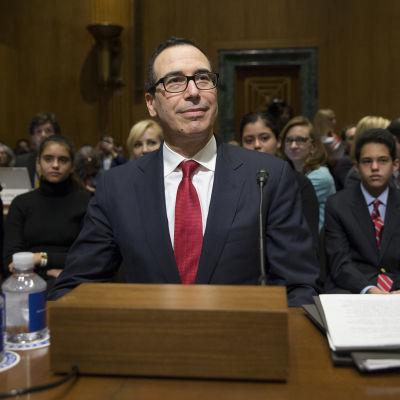USA:s nya finansminister Steven Mnuchin svarar på frågor under utfrågning i senaten.