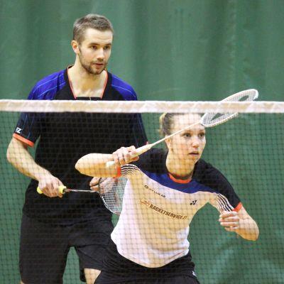 Anton Kaisti och Jenny Nyström spelar badminton.