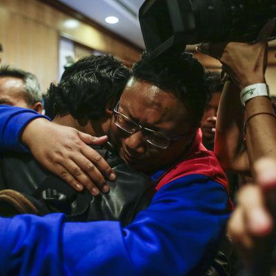 En av de tre malaysiska diplomater (th) som fick resa hem från Nordkorea