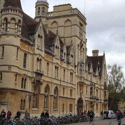Oxford är en av Storbritanniens största studiestäder. Balliol College grundades 1263 och är den äldsta högskolan i staden.