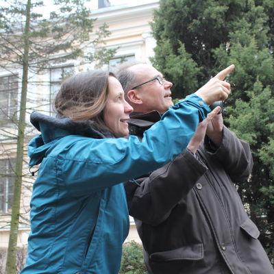 MInna ja Jan ovat havainneet linnun ja osoittavat sitä. Janilla kädessään kiikarit.