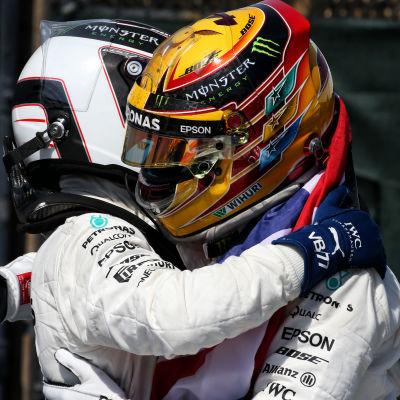 Bottas och Hamilton kramar om varandra.