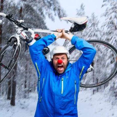 Kimmo Ohtonen nostaa polkupyörää