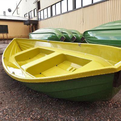 Soutuveneitä hallin pihalla
