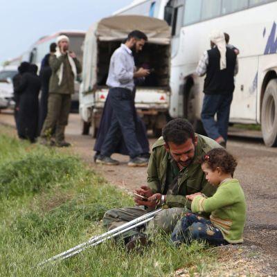 Människor som flytt från det tidigare rebellfästet Douma.