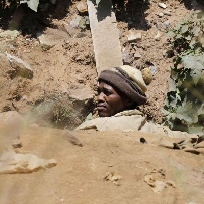 En av de räddade gruvarbetarna tar sig upp ur gruvan.