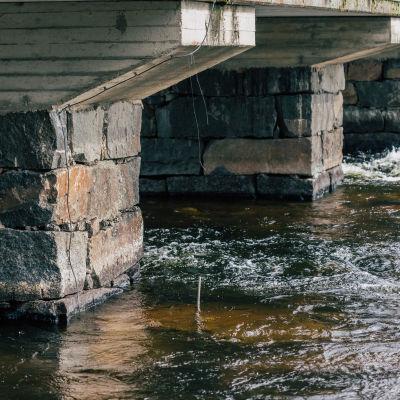Vedenalainen kamera Siltapalkin juuressa.