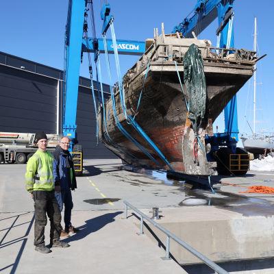 Jaakko ja Timo Tervala Mary Ann -aluksen edessä Hovinsaarella.