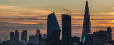 En bild över Londons affärsdistrikt i gryningen.