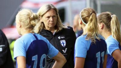 Anna Signeul blickar mot sina spelare.