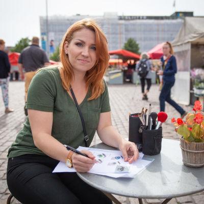Kauneudenhoitoalan opettaja Heli Mälisalo Hakaniemen torilla torikahvilassa.