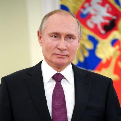 Rysslands president Vladimir Putin talar med anledning av en officiell helgdag den 27 mars 2021.