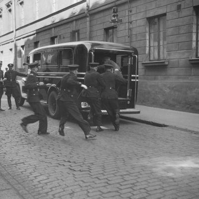 Poliisi on saanut hälytyksen Sofiankadulla Helsingissä 1933.