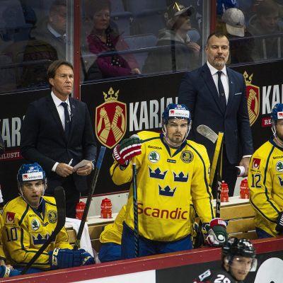 Tre Kronors avbytarbänk blickar mot spelet.