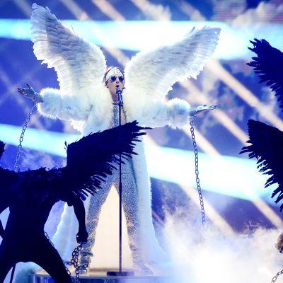 Det norska ESC-bidraget Fallen angel med Tix framförs under semifinalen.