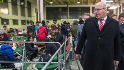 Den tyska regeringens flyktingkoordinator Peter Altmeier besöker en tillfällig flyktingmottagning i Passau den 4 november 2015.