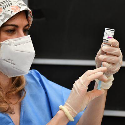 Italiensk sjuksköterska fyller en vaccinspruta