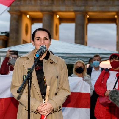 Svetlana Tichanovskaja håller ett tal i Berlin.