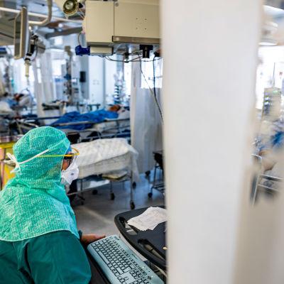 En sjukskötare Evelin Prees i skyddsutrustning på covid-avdelning.