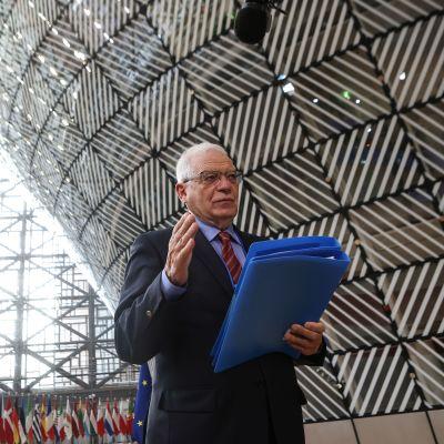 EU:n ulkopoliittinen edustaja Josep Borrell puhui toimittajille Brysselissä maanantaina ennen ulkoministerikokousta.