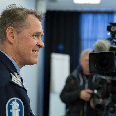 Seppo Kolehmainen tv-kameran edessä ennen haastattelua.