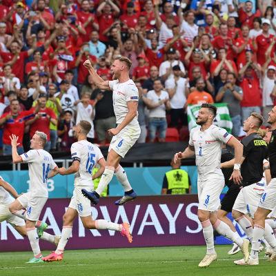 Tjeckiska spelare firar i klunga.