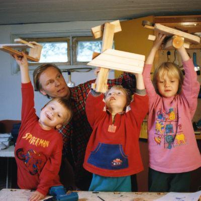 Kaapon, eli Kari Mannisen ohjauksessa puusta syntyy vaikkapa avaruusalus, kun tekemässä on kolme Tikkunikkaria, Aku Manninen (vas.) sekä Atso ja Taika Sariola.