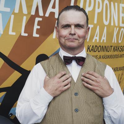 Kuvassa näyttelijä, joka esittää Pekka Lipposta.