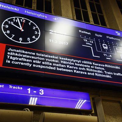 Informationstavlan på Helsingfors järnvägsstation där det står att tågtrafiken står silla mellan Kervo och Riihimäki.