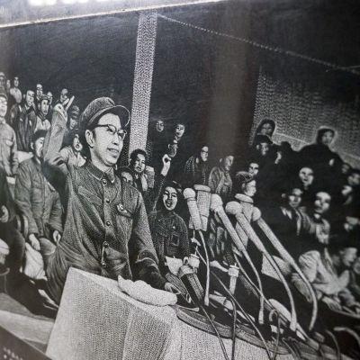Kopio lehtikuvasta, jossa vallankumouksellinen on puhujakorokkeella.