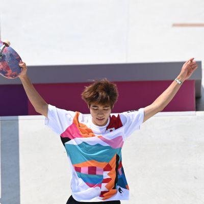 Yuto Horigome juhli historiallista kultamitalia miesten rullalautailun streetin finaalissa.