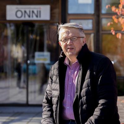 Pukkilan kunnanjohtaja Juha Rehula Hyvinvointikeskus Onnin edessä Pukkilassa.
