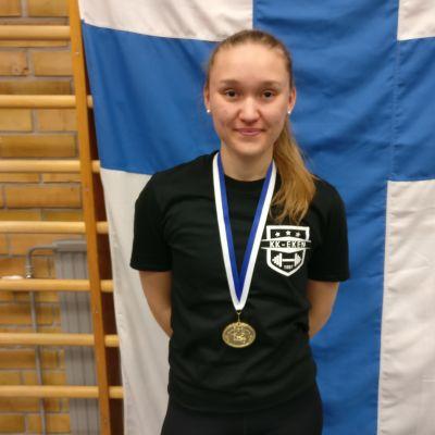 Porträttbild på Amanda Salin med FM-guldmedaljen runt halsen.
