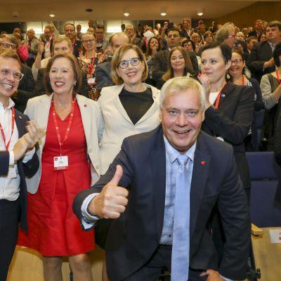 """SDP:s ordförande Antti Rinne visar """"tummen upp""""-tecknet efter beskedet att Tuula Haatainen valts till partiets presidentkandidat."""